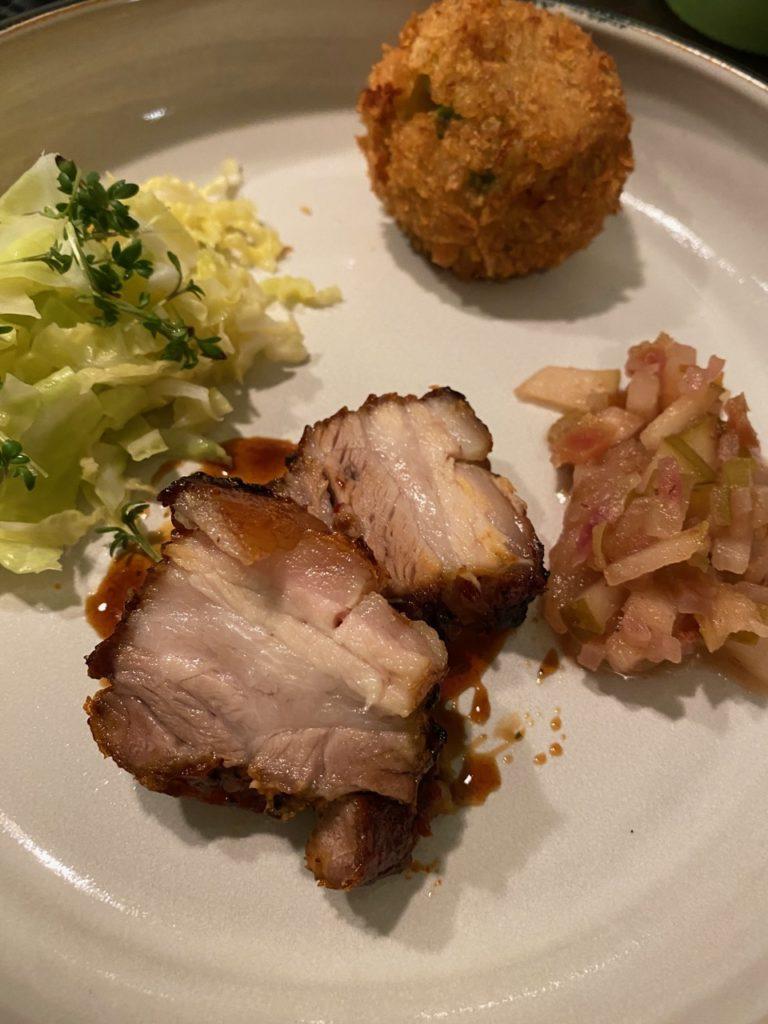 Schweinebauch, Wirsing, Korokke und Apfel/Birnen Chutney